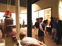 井伊家当主の赤備えの甲冑が展示され、来館者でにぎわう特別展「戦国!井伊直虎から直政へ」=14日午前、静岡市駿河区の県立美術館で