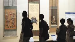 甲斐国武田氏の武将たちの姿に見入る人たち=静岡市駿河区の県立美術館で