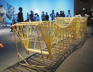 来場者が引っ張ると波打ちながら進むヤンセンさんの作品=津市大谷町の県立美術館で