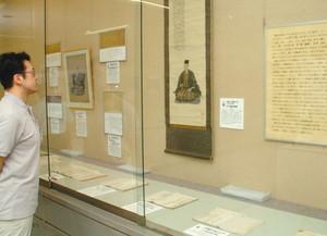 五十嵐篤好に関連する資料が並ぶ展示=高岡市博物館で