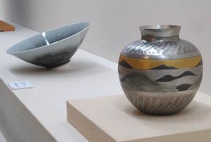 人間国宝の大角幸枝さんの花瓶「雲濤」(右)などが並ぶ会場=伊勢市神田久志本町の神宮美術館で
