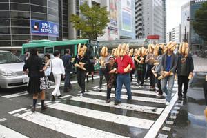 2009年に富山市内で行った「パン人間」の様子=富山駅前で(県美術館提供)