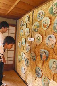昭和を代表する女優が描かれたうちわ=東近江市五個荘金堂町の外村繁邸で