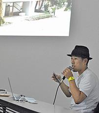 自作について解説する岩崎貴宏さん=いずれも金沢21世紀美術館で
