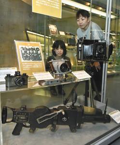 機関銃の形をしたカメラ(下)など。戦場の記録や情報収集に役立ち、カメラと戦争との関わりは深い=高岡市のミュゼふくおかカメラ館で