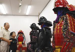 迫力ある甲冑がずらりと並ぶ展示会場=関市本町の「せき・まちかど工房ギャラリー」で
