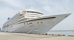 敦賀港に寄港する国内最大のクルーズ客船「飛鳥2」=2016年4月25日、富山県高岡市の伏木港で