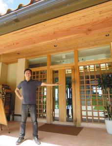 9月1日から本格的にオープンするカフェレストランを説明する高作正樹社長=輪島市門前町千代で