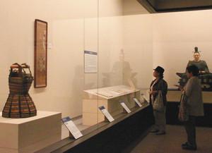武具や書状など今川家や井伊家ゆかりの品々が並ぶ展示=いずれも静岡市で