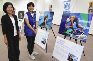 難民選手団の写真とUNHCR協会の青柳さん(左)と松岡陽子さん=名古屋・栄の中日ビルで
