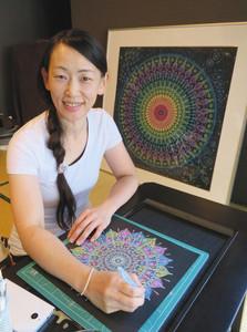 点描曼荼羅の制作に励む永谷美和子さん=輪島市二勢町で