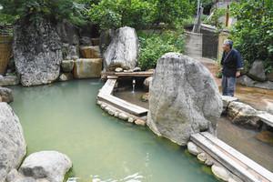 中宮温泉に整備された混浴露天風呂「薬師の湯」=石川県白山市中宮で