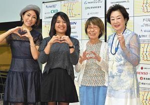 「あいち国際女性映画祭2017」の開幕前に記念撮影に応じる司さん(右端)、作品が上映される山上千恵子監督(右から2人目)ら=名古屋市東区のウィルあいちで