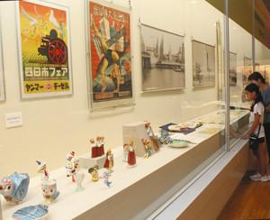 四日市市内で作られた産業製品で市制120年の歩みをたどる企画展。手前は萬古焼の人形類=同市安島の市立博物館で