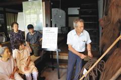 筏師が使用した道具を説明する曽我清臣さん(右)=9日、浜松市天竜区二俣町で