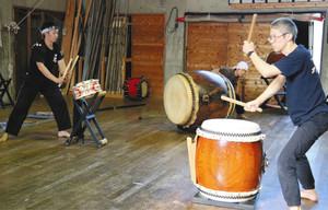 稽古場公演に向けて練習する田楽座の座員ら=伊那市で