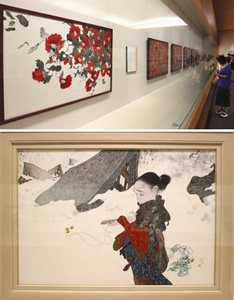 (上)繊細なタッチで描かれた中島潔さんの作品が並ぶ会場(下)五箇山を題材にした新作「永久への言葉」=いずれも県水墨美術館で