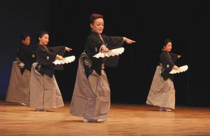 「さんさ時雨」を披露する日本民踊研究会浜松支部=浜松市中区のアクトシティ浜松で
