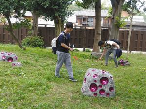 メキシコ人アーティストが手掛けた庭に見入る来場者=亀山市西丸町で