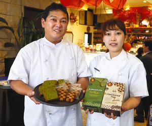 開発した菓子をPRする中野社長(左)ら=鈴鹿市寺家で