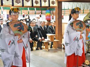 舞女として神楽を奉納する成瀬愛さん(左)と織田綾乃さん=白山市鶴来日詰町の金剱宮で