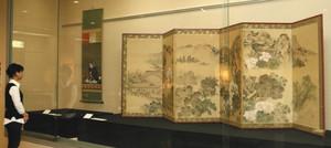 那谷寺の風景を描いたびょうぶなどが並ぶ特別展=小松市博物館で