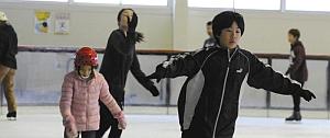 氷上を滑走する来場者たち=一宮市松降1の市スケート場で