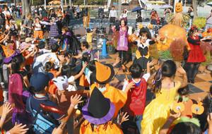 着飾ってダンスで盛り上がる親子ら=桑名市長島町のナガシマスパーランドで
