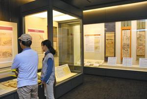 芭蕉涅槃図の軸や解説パネルが並ぶ会場=大垣市船町の奥の細道むすびの地記念館で