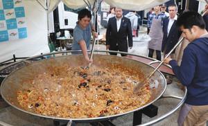 直径2メートルの鍋を使い炊き上げた800人分の巨大パエリア=氷見市漁業文化交流センターで