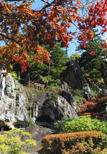 少しずつ色づき始めた那谷寺の紅葉=小松市那谷町で