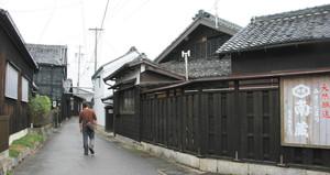 路地歩きが楽しめる黒塀の醸造蔵元が多い里中地区