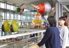 吹き抜けに浮かぶバルーンアート=掛川市役所で