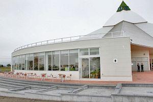 プレオープン営業を始めた「カフェ リリー」=坂井市のゆりの里公園で
