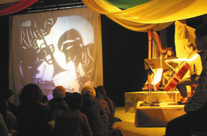 「セロ弾きのゴーシュ」を演じる「わらべうたとえんげきの広場はちみつ」のメンバーら=金沢市民芸術村で