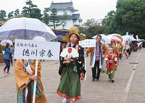 名古屋城内を練り歩く野村又三郎さんが扮する徳川宗春=名古屋市中区の名古屋城で