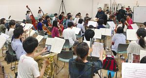 「第100回定期演奏会」に向けて練習する団員ら=松本市の信州大松本キャンパスで