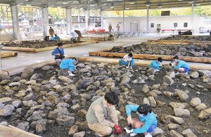 1000平方メートルの屋根付き広場で快適に化石発掘が楽しめる体験場=大野市角野で