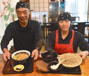 「温かいかけそば」と「熱いつけそば」の提供を始めた坂本勲夫社長(左)=砺波市増山で