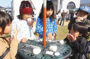 いちほまれと花あかりの塩むすびを食べ比べる子どもたち=あわら市で