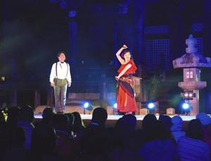 金堂をバックにオペラを熱演する出演者たち=大津市園城寺町の三井寺で