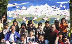 あべ弘士さん(前列右から3人目)と一緒に巨大絵画を制作した子どもたち=いしかわ動物園で