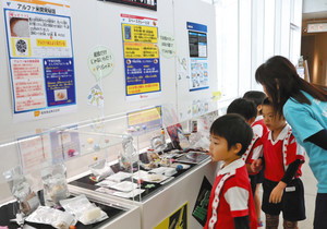 さまざまな宇宙食が展示されている会場=小松市サイエンスヒルズこまつで