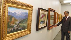 伊那谷の風景画など中川紀元の作品が並ぶ会場=伊那市で