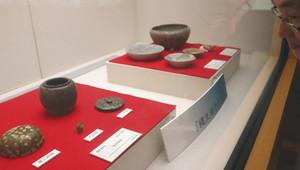 縄生廃寺跡から出土した「舎利容器」などが並ぶ会場=朝日町歴史博物館で