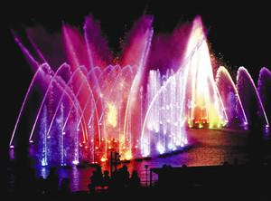 色鮮やかで迫力いっぱいに披露された噴水のイルミネーション=11日、浜松市北区都田町のはままつフルーツパーク時之栖で(袴田貴資撮影)