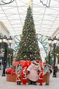 パークに登場した巨大クリスマスツリー=志摩市磯部町の志摩スペイン村で