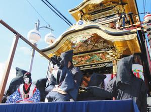 宝町の山車の上で上演された文楽=知立市本町で