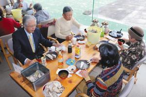 カキの食べ放題を楽しむグループ=鳥羽市浦村町で