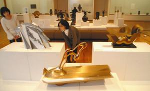 高岡の金工を代表する作品が並ぶ会場=高岡市中川で